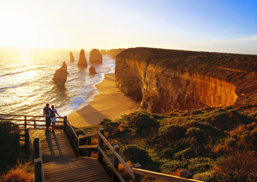 Australia_12-Apostles_Couple_Sunset_Getty_92710113_RF
