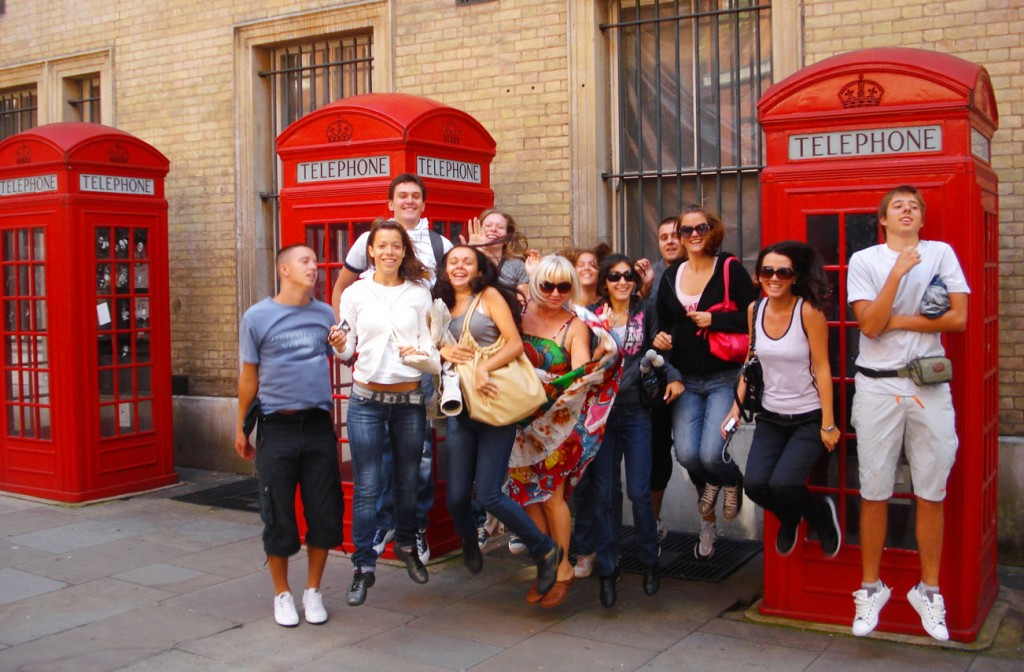 England_London_Phone-Booths_Students-Jumping_Pixabay-public-domain_students-543808-a