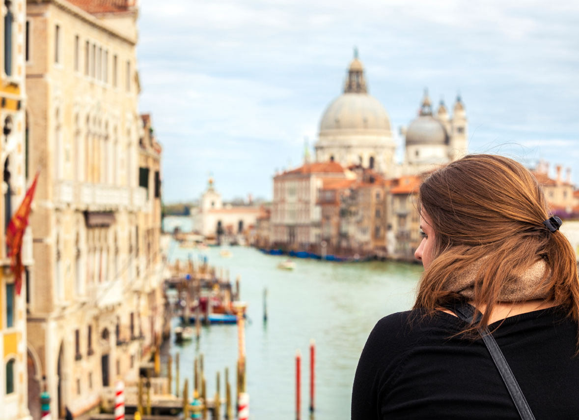 iStock_000019924662_Large-tourist-in-venice