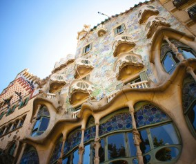 iStock_000049474874_Casa-Batllo-BarcelonaLarge